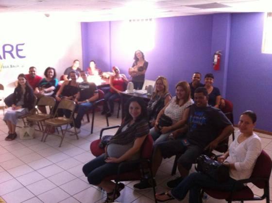 En primer plano, sentada y con camisa gris, me encuentro participando de una de las clases del programa SePare. (foto SePare, Facebook)